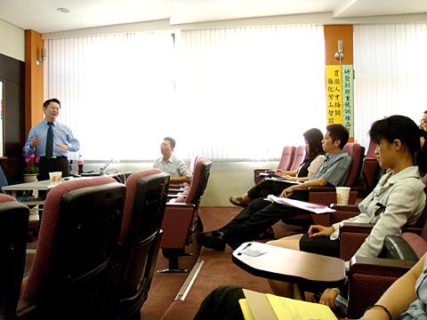 【主題】中小企業培育輔導系列講座~創新創業與創意行銷【時間】2008-11-06 14:30~16:30 | 演講行程